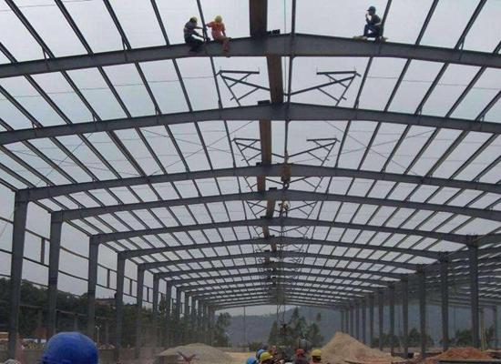 Almacén con estructura de acero duradera