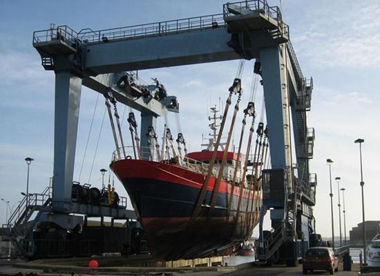 Se vende grúa para barcos grandes